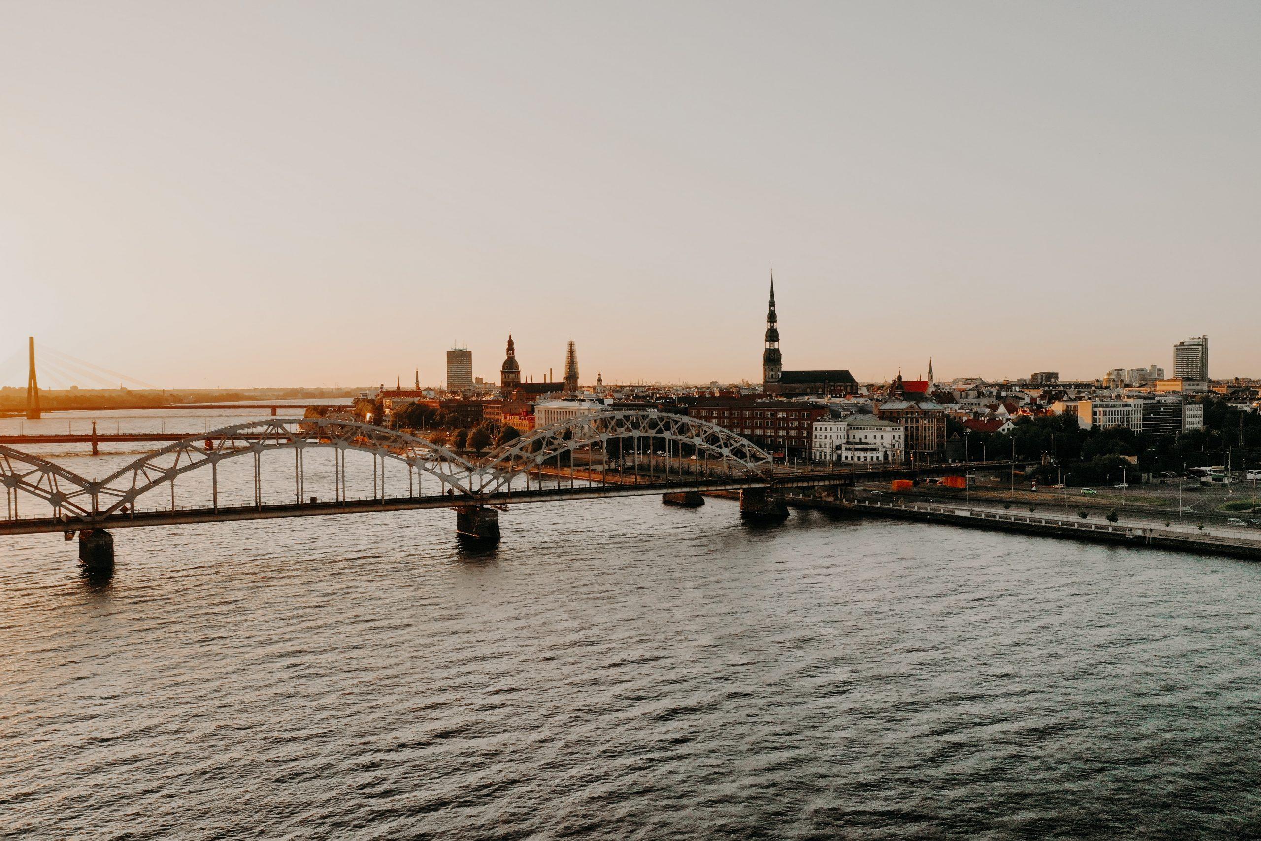 Paisagem da cidade de Riga com o rio e duas pontes